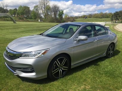 2016 Honda Accord Touring V6 front 3/4 view