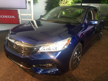 2017 Honda Accord Hybrid front 3/4 view